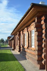 Attraktiver Straßenzug mit handwerklich gearbeiteten Vollholzfassaden: Sibirische Wohnhäuser in Reihe. (Foto: Achim Zielke)