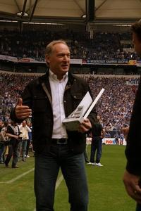 Schalke 04 erhält die Virtual Kicker-Meistertrophäe
