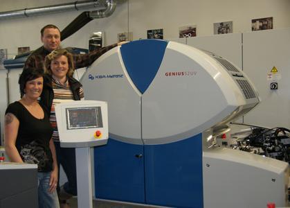 Zufrieden mit ihrer neuen Errungenschaft Genius 52UV: Babett Prokop (vorne), Mariana Weihe (mitte) und Mario Weihe (hinten)