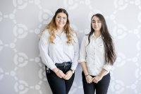 Auszubildende der Scalefree International GmbH Sarah Schreier und Valerie Schmitt (v.l.n.r)