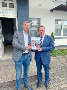 Produktmanager Peter Nowack (links) und Geschäftsführer Christoph Nielacny (rechts, beide vollständig geimpft) war es wichtig, den Kundinnen und Kunden von FLECK auch die unterjährige Auflage der Preisliste in gedruckter Form zur Verfügung zu stellen.