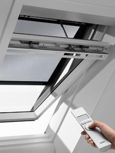 Hitzeschutz-Markisen für VELUX Dachfenster verhindern, dass sich Dachräume im Sommer zu sehr aufheizen. Frische Luft und guter Ausblick sind dennoch immer möglich. Sogar solarbetriebene Varianten mit Fernbedienung sind erhältlich