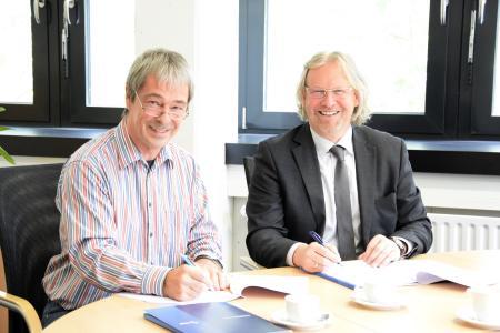 Brachten den Kooperationsvertrag zwischen der Hochschule Bremen und der BBS  II Kerschensteiner-Schule Delmenhorst unter Dach und Fach: Prof. Dr. Axel Viereck (Konrektor für Studium und Lehre, links) und Ulrich Droste (Schulleiter der BBS II)
