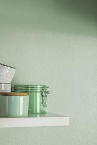 Feiner silbriger Schimmer auf zartem Mint mit praktischem Abwasch-Effekt: 3D Mint 55 mit DecoLasur Glänzend + 2% Effektpigment PearlWhite. (Foto: Caparol Farben Lacke Bautenschutz/Blitzwerk.de)