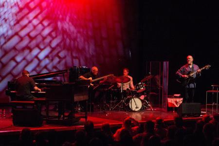 Lors du premier festival de jazz de Bavière, les pieds Gravity® ont accompagné entre autres le concert de John Scofield pour un solide maintien des microphones / Foto: Alba Falchi