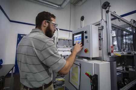 Nicholas O'Connor, Product Engineering Manager im Engineering Service Center von Freudenberg Sealing Technologies in Ashland, New Hampshire (USA), ist verantwortlich für die Produktvalidierung und –analyse. Er nutzt dazu modernste Technik und eine Reihe hochentwickelter Prüfstände und Geräte. © Freudenberg Sealing Technologies 2020