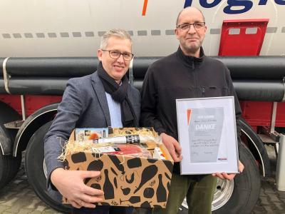 Thomas Reil (l.), Niederlassungsleiter der GREIWING logistics for you GmbH in Weiden, dankte René Köstler (r.) für 25 Jahre Loyalität und Einsatzbereitschaft / Foto: GREIWING logistics for you GmbH