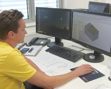 SolidCAM-Arbeitsplatz als 2-Bildschirm-Lösung. Insgesamt betreibt die Kauth Werkzeugbau GmbH 5 Lizenzen des CAM-Systems