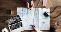 Computer und (digitale) Karten gehören zum Alltag des Geoinformatikers