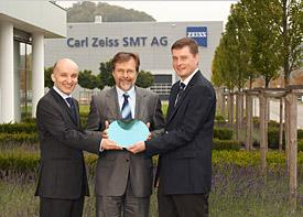 Winfried Kaiser (center), Dr. Peter Kürz (left) and Dr. Martin Lowisch representing all Carl Zeiss SMT employees involved in the project.
