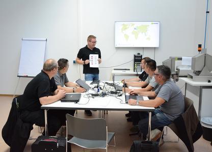 Train the Trainer: Martin Aschenbrenner (stehend), Leiter der Sesotec Servicetechniker-Schulungen, informiert seine Kollegen aus aller Welt über Neuerungen bei den Sortiergeräten.