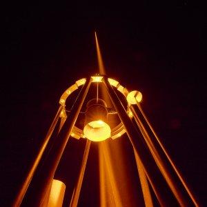 """Dieses Bild zeigt den CaNaPy-Laser, der mit dem """"Chirping-System"""" von TOPTICA Projects ausgestattet ist, während des Feldversuchs in Deutschland. Die Technologie wird zur Erzeugung künstlicher Leitsterne eingesetzt, um zu messen, wie stark das Licht durch Turbulenzen in der Erdatmosphäre verzerrt wird. Die Korrektur der Turbulenzen verbessert die Schärfe der astronomischen Bilder erheblich. Bild: TOPTICA Projects"""