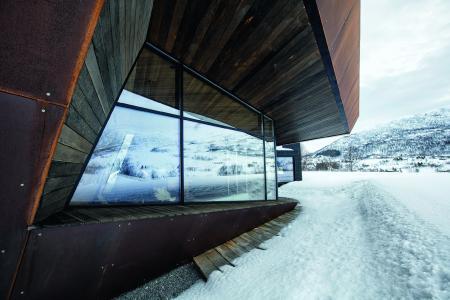 Das Gebäudedesign von Invit Arkitekter will in Form und Materialauswahl auf die umliegende Bergwelt anspielen (Bildnachweis: Invit Arkitekter, Ålesund // Fotograf: Johan Holmquist)