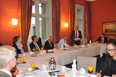 Rudolf Sonnemann stellte den Politikern kurz das Unternehmen Stiebel Eltron vor