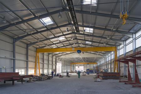 Innenaufnahme Losberger Werkstatthalle mit                durchgängiger Kranbahn für drei Brückenkräne