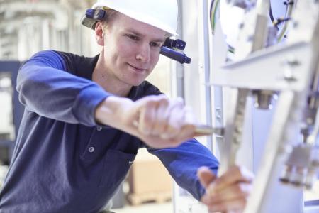 Bei der Ersatzteil-Aufnahme inspiziert der Techniker die gesamte Packmaschine im laufenden Betrieb und diagnostiziert, welche Probleme aktuell vorhanden sind und welche sich entwickeln können. Der Kunde erhält eine Auflistung der benötigten Ersatzteile ebenso wie eine Empfehlung, welche Teile er jederzeit auf Lager haben sollte, um schnellstmöglich reagieren zu können