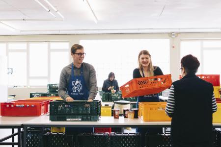 Die WAGO-Auszubildenden Sina-Marie Kluß und Elias Weike bei ihrem Einsatz bei der Mindener Tafel