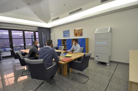 Bei Meetings vermitteln zwei TEKA-Luftreiniger pro Besprechungsraum ein rundum sicheres Gefühl.
