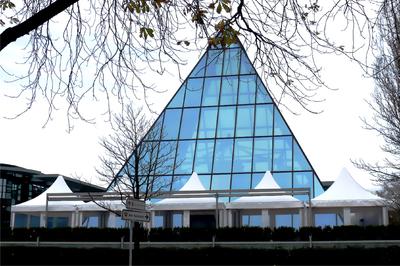 5 Losberger Pagoden mit je 4 x 4 m überdachen die 100 qm große Terrasse