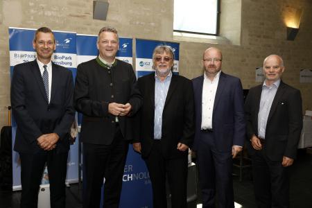 Die Vertreter des bayerischen Biotechnologie Clusters gemeinsam mit Staatssekretär Roland Weigert (2.v.l.): Dr. Thomas Diefenthal (BioPark Regensburg GmbH, ganz links), Prof. Horst Domdey (BioM GmbH Martinsried, 3.v.l.), Dr. Gerhard Frank (IGZ Würzburg GmbH, 2.v.r.), Dr. Georg Kääb (Cluster Biotechnologie Bayern und BioM GmbH, ganz rechts), Foto: Andreas Grasser