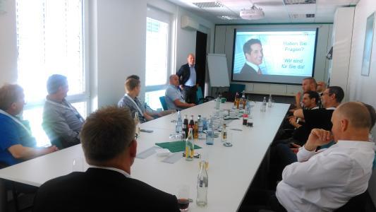 Vorstandsvorsitzender Horst Eckenberger (stehend) beantwortet die Fragen der OPERTIS Partner