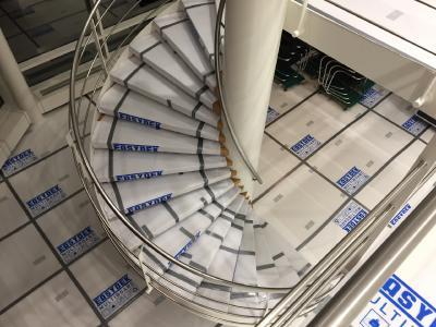 Mit Multi Board Kunststoff-Platten können Treppenstufen passgenau zugeschnitten werden und schützen die Stufen bei Umbauten, Renovierungen oder umfangreichen Umzügen.