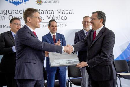 Dr. Jochen Kress (li., Geschäftsführender Gesellschafter der MAPAL Gruppe) übergibt eine Gedenktafel zur Werkseröffnung im mexikanischen Querétaro an Lazaro Garza Sr. (re., CEO von MAPAL Frhenosa Mexiko), Bild Mitte: Francisco Dominguez Servién (Gouverneur von Querétaro).