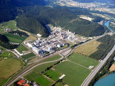 Blick auf das rund 75 Hektar große Betriebsgelände des Schweizer Spezialchemieherstellers EMS-CHEMIE AG (Quelle: EMS-CHEMIE AG)
