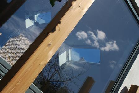 Drei Dachflächenfenster sorgen für Tageslicht von oben; gegenüber lässt eine großzügig dimensionierte Schiebetür die Sonne ins Haus. Passive solare Wärmegewinne sind bei dieser energetisch vorteilhaften Bauweise inklusive. (Foto: Achim Zielke für INTHERMO