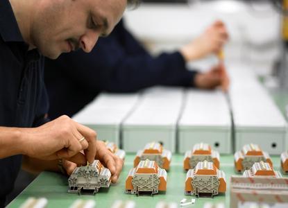 Dr. Roland Schütze, Weidmüller Vorstand Vertrieb, betonte in seiner Eröffnungsrede die Bedeutung Kundenspezifischer Serviceleistungen für den Erfolg im Wettbewerb