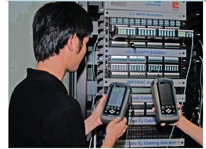 Abb 4. Softing Wirexpert mit MPO-Messadaptern