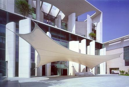 Das elegante Vordach aus mit Dyneon PTFE beschichtetem Glasgewebe setzt Akzente im Ehrenhof des Bundeskanzleramtes. Foto: Werner Huthmacher