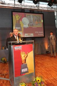Matthias Klug, Leiter der internationalen Unternehmenskommunikation von STILL, bedankt sich bei der Jury für die Auszeichnung des EXV-SF (Foto: STILL GmbH)