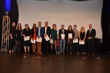 Die Absolventen der Fachkraft für Eventmanagement mit Schulleiter Sven Pries - Foto: © Uwe Riehm