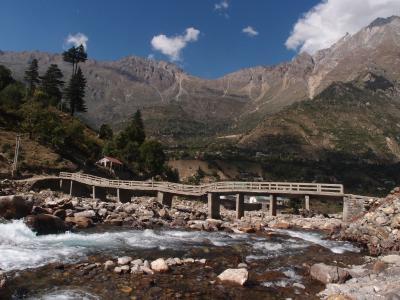 Die Dynamik der Erdoberflächen zeigt sich eindrucksvoll in Hochgebirgstälern wie hier im Zentral-Himalaya: Schmelz- und Regenwasser formen die Landschaft stetig neu / Quelle: B. Bookhagen