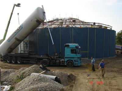 Preparatory work for the blowing-in of the insulation of the thermal energy storage silo in Munich.