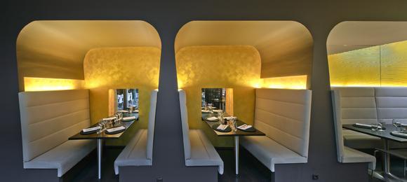 """Im Restaurant """"Autre Part"""" in Luxemburg strahlt die goldfarbene Beschichtung (CapaGold) in den gesamten Gastraum ab und verleiht dem Lokal ein elegantes, stimmungsvolles Ambiente, Foto: Caparol Farben Lacke Bautenschutz/Martin Duckek"""