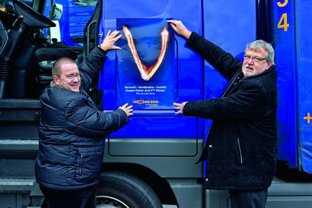 Axel Heitmann (links) und Gerhard Bierschenk von der Kraftwagenspedition NordSüd bekennen sich zur Initiative Vtop und bringen den Vtop-Aufkleber auf dem Großteil ihrer Zugmaschinen an
