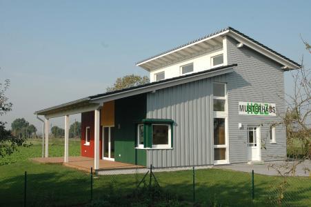 Mustergültig wohnen: DHV-Mitgliedsunternehmen unterhalten sowohl in Hausausstellungen als auch solitär zahlreiche Musterhäuser, in denen Bauinteressenten ein authentisches Gefühl dafür bekommen, wie angenehm es sich in einem klimaschonenden Holzfertighaus lebt. Foto: Schäpermeier/DHV, Ostfildern; www.d-h-v.de