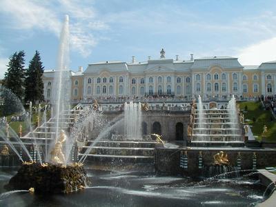 Der Peterhof Palast in St. Petersburg erstrahlt mit Calcimur-Kalkfarbe von Caparol in neuem Glanz.