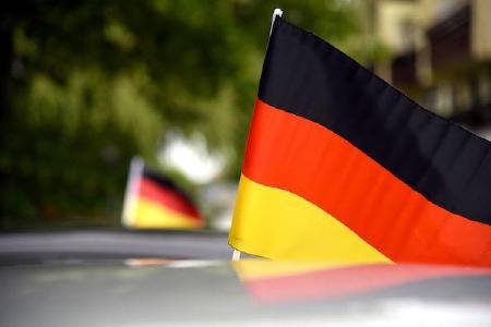 Flaggenkunde für Autofahrer: Fähnchen dürfen nicht verletzen