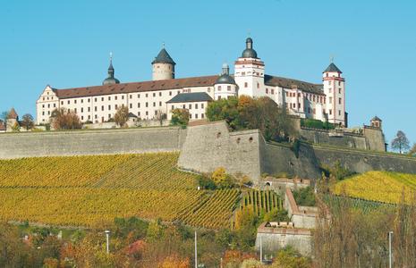 Festung Marienberg mit Weinbergen im Herbst / (c) Congress-Tourismus-Wirtschaft Würzburg, Fotograf: A. Bestle