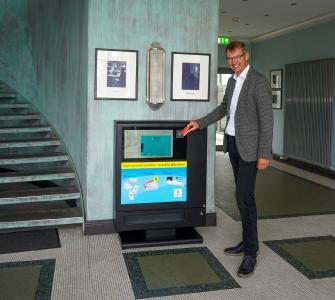 Peter Weichert, Geschäftsführer HARTING Systems, zeigt, wie einfach am HARTING Prevent die Hygieneartikel bezahlt werden können