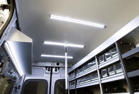 Die neue Zurrschiene mit integrierter LED Beleuchtung in der bott vario Fahrzeugeinrichtung.