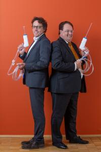 """Geschäftsführer Olaf Thiessies (l.) und Friedrich-Wilhelm Köllenbach, Head of Sales der UTK Solution GmbH, sind von ihrem Produkt überzeugt: """"Wir haben mit BlueLavage® bewiesen, dass in allen Bereichen Umweltschutz möglich ist."""" Foto: EFA"""