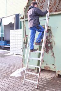Beidseitige, stufenlos ausziehbare Handläufe und eine Sprossentiefe von 48 Millimeter sorgen in jeder Höhe für einen sicheren Halt und komfortablen Stand auf der neuen Einhänge-Schiebeleiter 6092 von Hymer-Leichtmetallbau