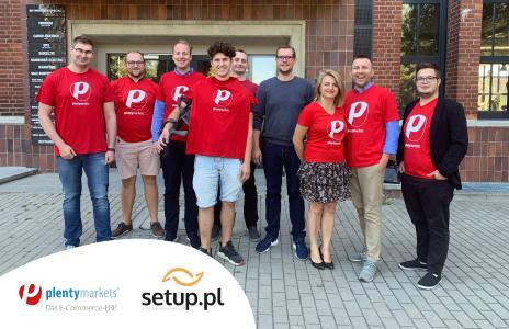 Carsten Brassel, Head of International Business Development bei plentysystems mit dem Team der setup.pl