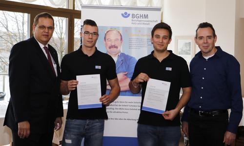 (Quelle: BGHM) Franz-Dieter Thoma von der BGHM (links) übergibt den Sicherheitspreis an Marwin Bersch, Raphael Groß und Heinrich Fast von der Firma ZF TRW Aktive & Passive Sicherheitstechnik aus Koblenz.