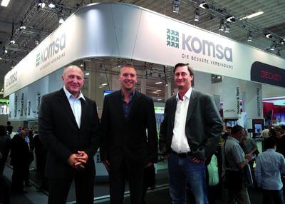 Leonid Gimbut (links), CEO bei DIGITTRADE, mit Vertretern der KOMSA AG am IFA Messestand