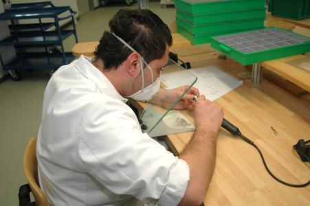 Im Fräszentrum von Heraeus stellen ausgebildete Zahntechniker wie Önder Ceylan in mehrfachen Kontrollen die hohe Qualität der cara Gerüste sicher